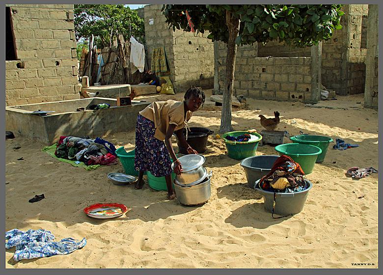 wasdag - Senegal Wasdag.. hier geen wasmachine .. Handwerk anno 2012.. wel een kind he van net 10 a 11 jaar.<br /> <br />
