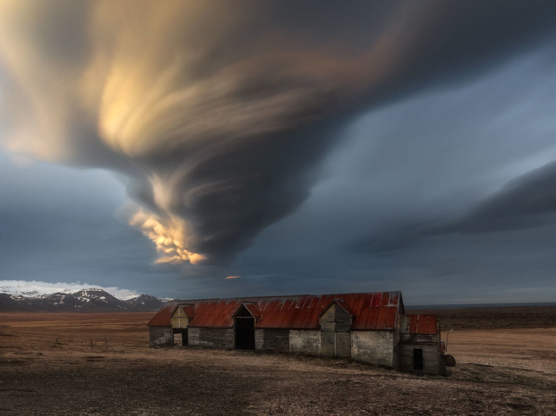 The Barn  - gemaakt dezelfde avond , enkele km verder . Deze uitzondelijke wolkenformatie bleef een dik uur aanhouden .