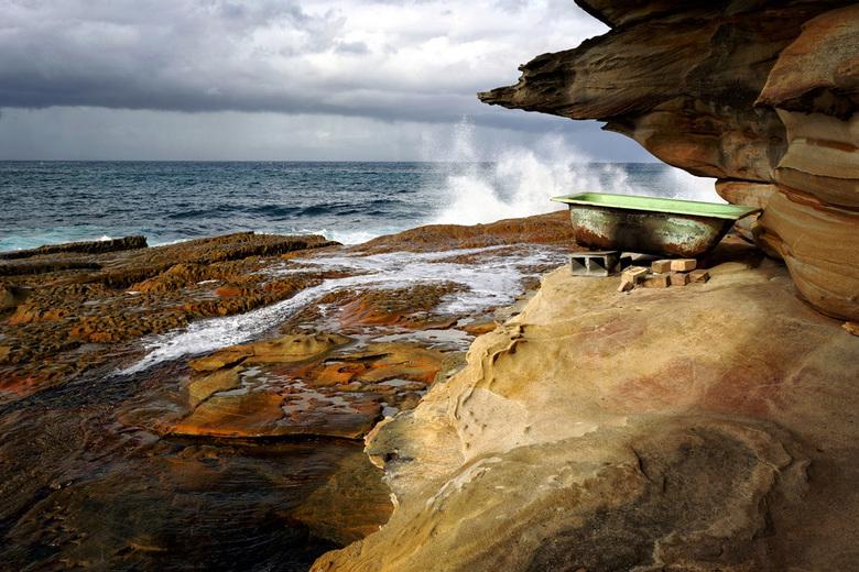 A Bath with a View   - Een bad op een merkwaardige plek aan de kust tussen Coogee en Maroubra in Sydney, Australië. De 'Bondi to Coogee walk&#039
