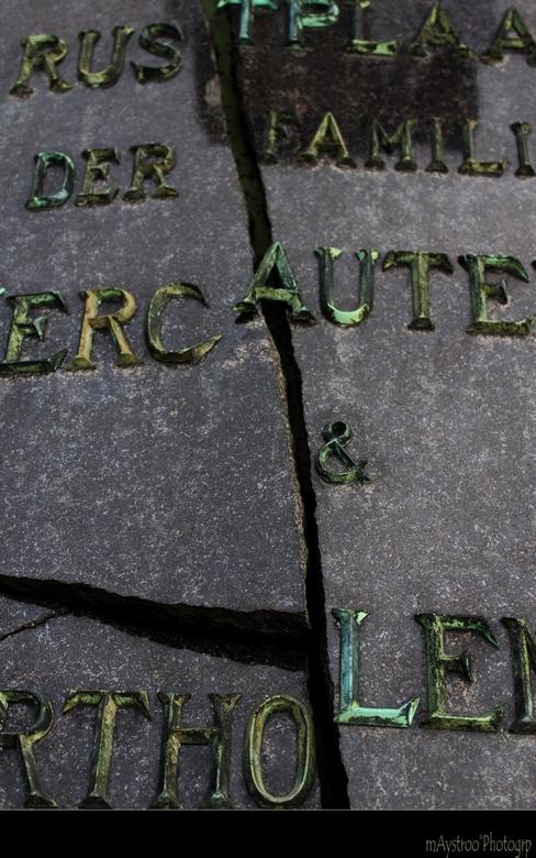 graveyard 4 - detail op kerkhof