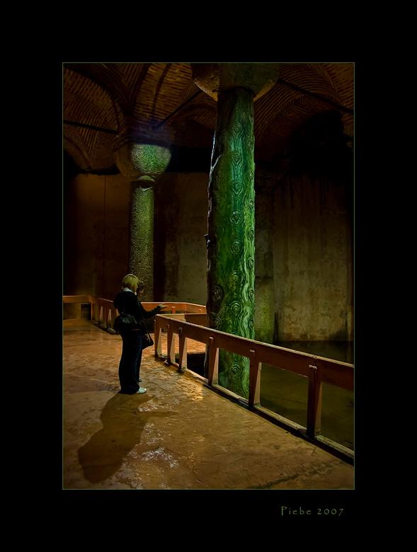 Alziend oog - Deze foto is ook gemaakt in de Basilica Cistern in Istanboel.<br /> Mijn dochter legt aan mijn vrouw uit dat de pilaar bewerkt is met h