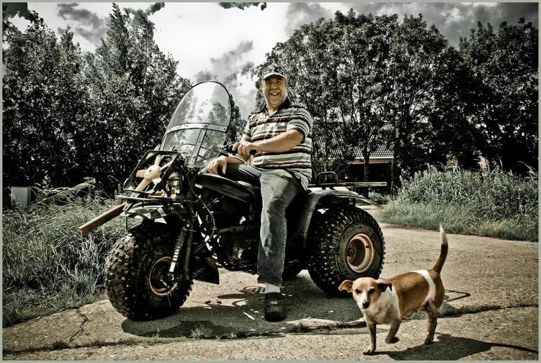 Boer Kees - Achterin onze straat woont boer Kees, een markant persoon, met het hart op de goede plaats. En altijd in voor iets geks! Wij zijn blij met