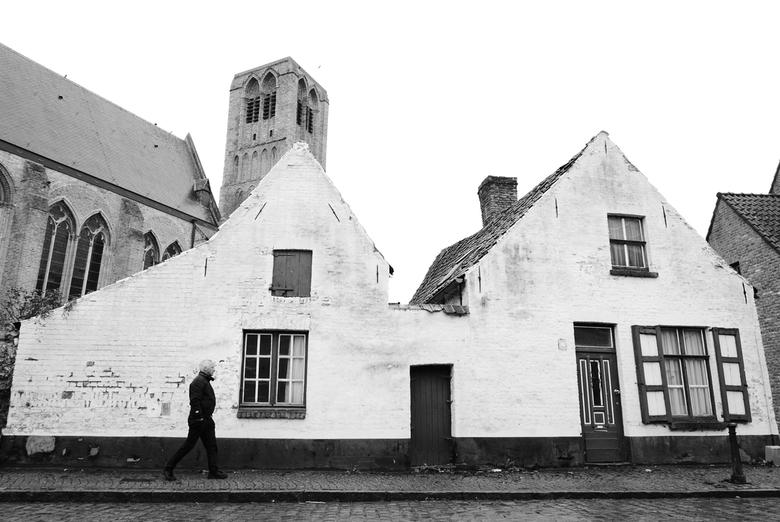 Damme - België - Mijn vader lopend door de straten van Damme, België.