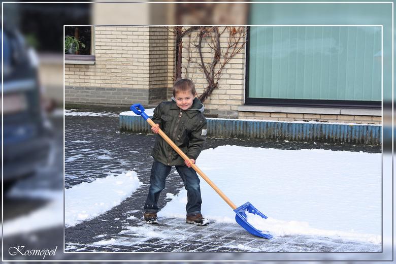 Sneeuwruimen - We zijn het er allemaal wel over eens, nu is het genoeg geweest met al dat gesneeuw!!! <br /> Een voordeel heb je wel als opa: je kunt