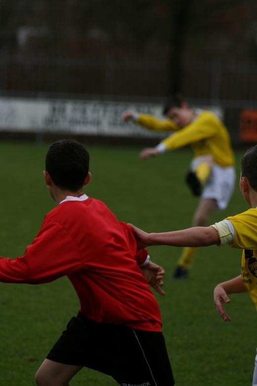 actie-reactie - Schot op doel, snel richting doel om terug komende bal van keeper in het doel te tikken (= gedachte spits). Schot op doel, snel richti