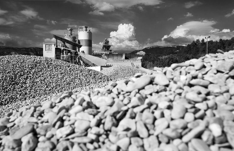 Mountains... - Een steen- en cementfabriek  aan de rivier de Tye, Frankrijk...