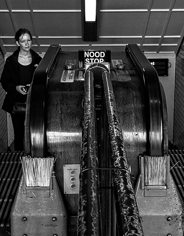 1933 Borstel reiniging  - groot zien<br /> <br />  de  vasthoud band  van de houten roltrap in 1933  ver voor corona gereinigd door middel van twee