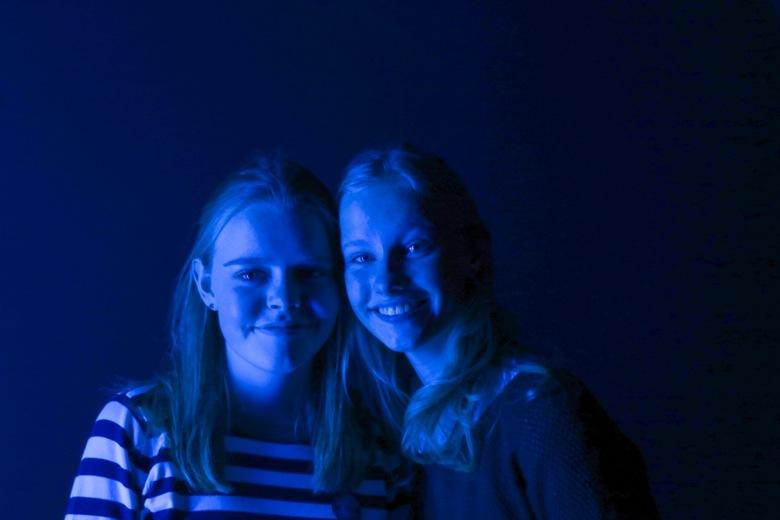 Portret Eva en Myra - Een portret van 2 van mijn vrienden, gemaakt in het museum van hedendaagse kunst Antwerpen.