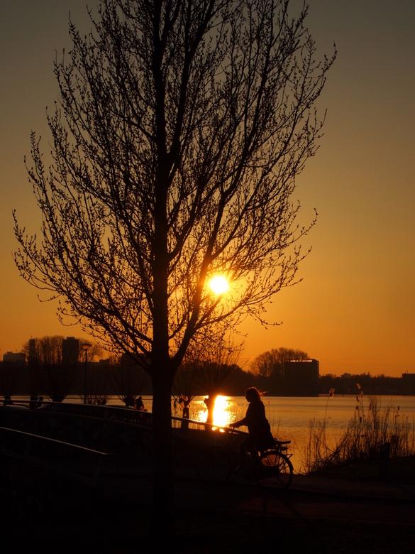 The relief of spring  - Het voorjaarsgevoel: terwijl de zon erg mooi ondergaat, lekker in de buitenlucht fietsen en merken dat elke dag steeds iets la