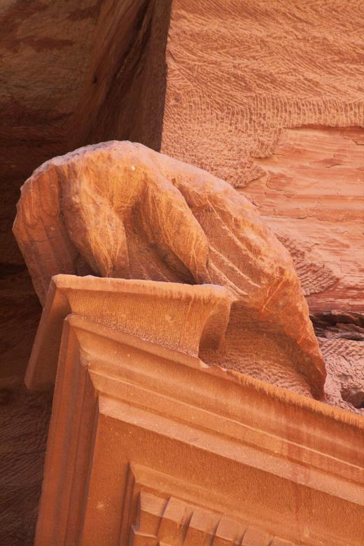 Detail van Petra - Dit was vroeger een adelaar. Een teken van de dood, op de tombe van een koning. Gebouwd rond het jaar 0. Ter plekke uitgehakt met h