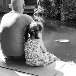 vader en dochter momentje...genieten aan het waterkant