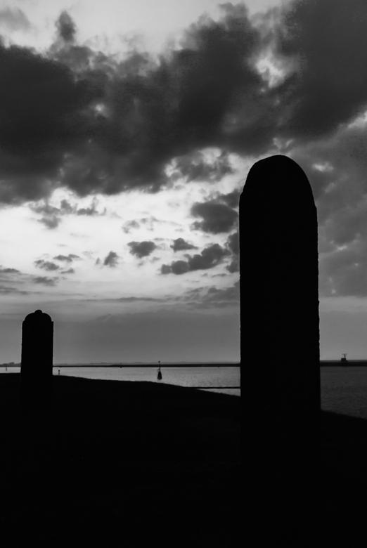Last sunlight_bw - Grafstenen op de dijk bij voorheen Oterdum. In het laatste zonlicht bij het verloren dorpje onder de rook van Delfzijl zijn dit de