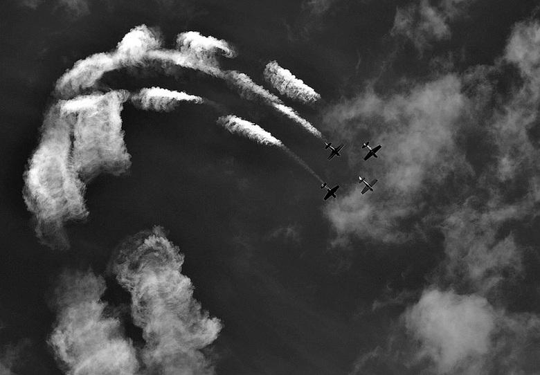 Show - Luchtshow in Oostwold, we hadden het weer mee, toch maar omgezet in z/w.