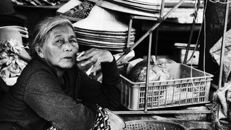 Vrouw met de sigaret - Ochtendmarkt Vietnam