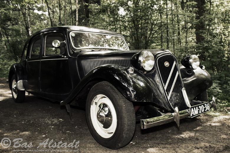 Classic car - Klassieke wagen, gefotografeerd op een pad midden in het bos. Nabewerkt in PSE12