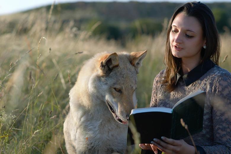 """Story time - Alvast hartstikke bedankt voor je reactie. <br /> <br /> Claire, die een verhaaltje voorleest aan Raksha uit haar favoriete boek; """"The"""