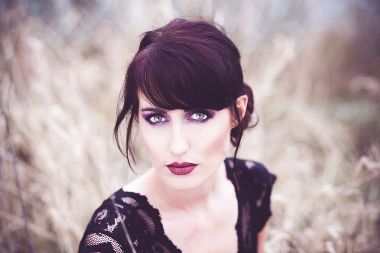 Sanne - Vrijdag heb ik een shoot gedaan met Sanne. Ze heeft mooi donker haar van zichzelf en ik vond dat een mooi contrast in het lichte veld. Hier is