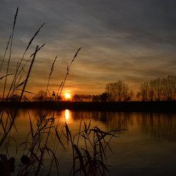 Nacht valt over de Maas.