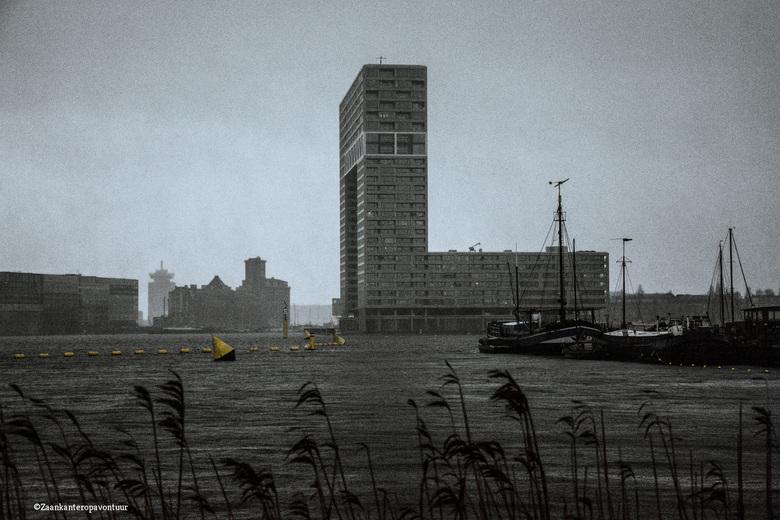 Pont Steiger in de regen - Tijdens het maken van deze foto trok er een water gordijn langs. Dat zal ook goed in de foto te zien zijn. Regen en wind ex