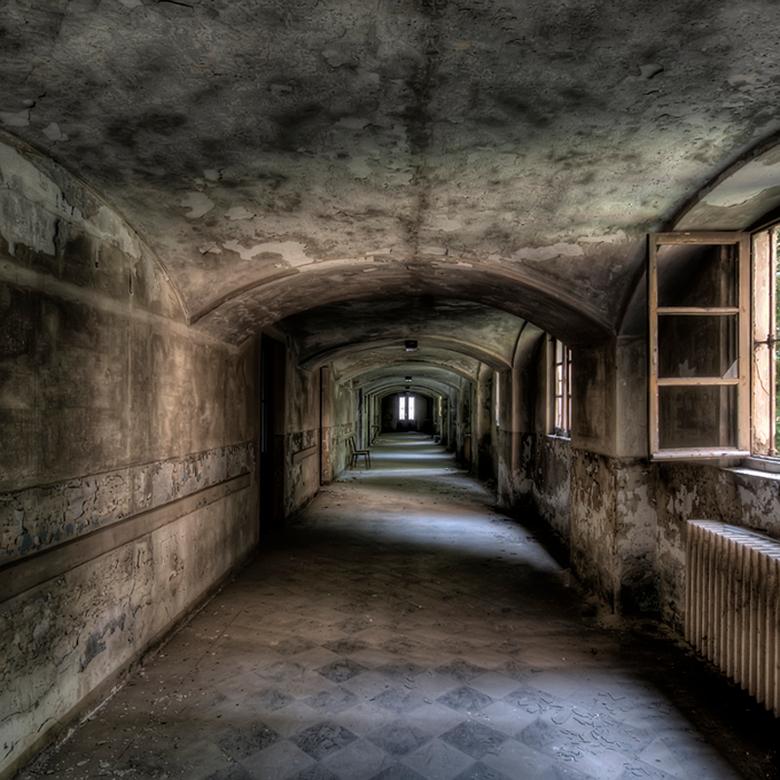 you can walk through but will you ever get back  - de donkere gang naar de separeercellen...