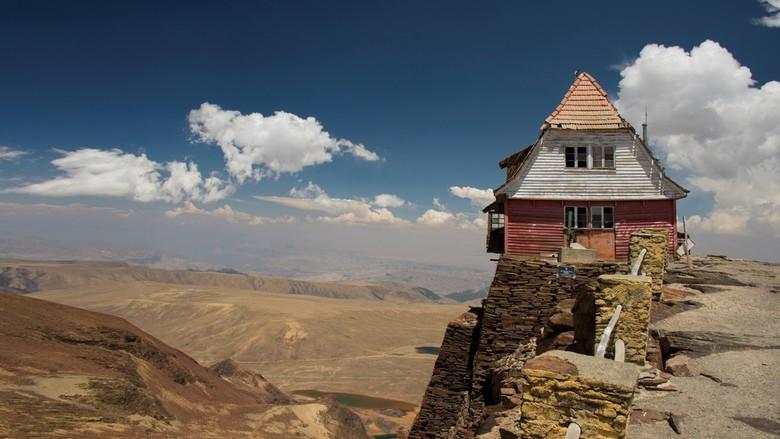 uitzicht vanaf Chacaltaya  5400 m. in de verte LaPaz - De voormalige skihut op de top van de Chacaltaya in Bolivia. Hier werd tot 2000 nog zomer en wi