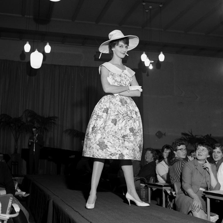 Grimberg modeshow - Februari 1960; Grimberg modeshow.<br /> Fotograaf; Harry Bedijs.<br /> Copyright; Stichting Foto Bedijs.