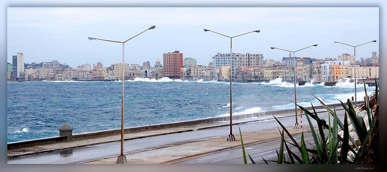 Cuba Havana 2 - El Malecon is de beroemdste boulevard van Havanan.<br /> Deze kilometerslange lange laan loopt langs de Straat van Florida die Cuba s