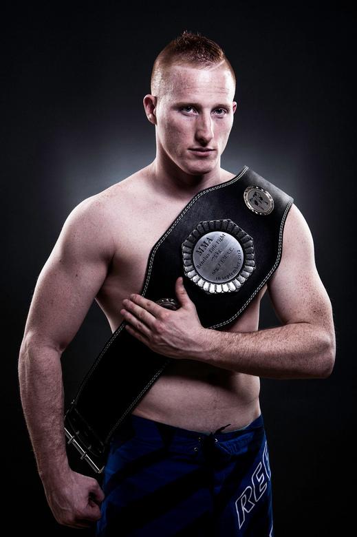 Champ - Portret van een MMA (Mixed Martial Arts) vechter met een onlangs gewonnen Benelux titel.