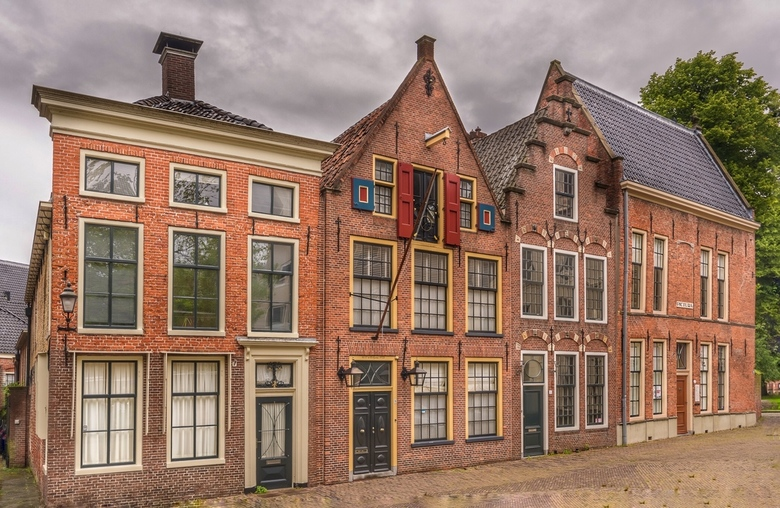 Vier op een rij - Vier oude panden aan de Sint Walburgstraat, bij het Martinikerkhof in Groningen. De finishing touch van deze foto (een mild hdr-saus