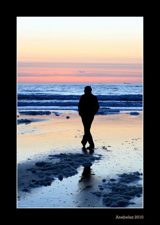 Silhouette on the beach - Romantisch wandelen (nou ja ik was druk aan het fotograferen) op het strand en genieten van de zonsondergang......