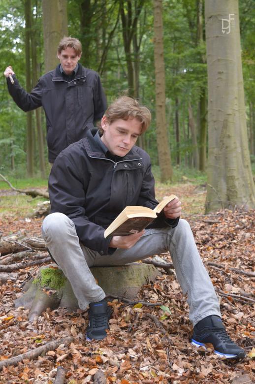 Je kunt ook nergens rustig een boek lezen - Zelfs in het bos kun je nieteens rustig een boek lezen!