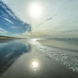 strand egmond zee in tegenlicht