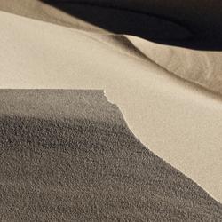 de wind speelt met zand 15
