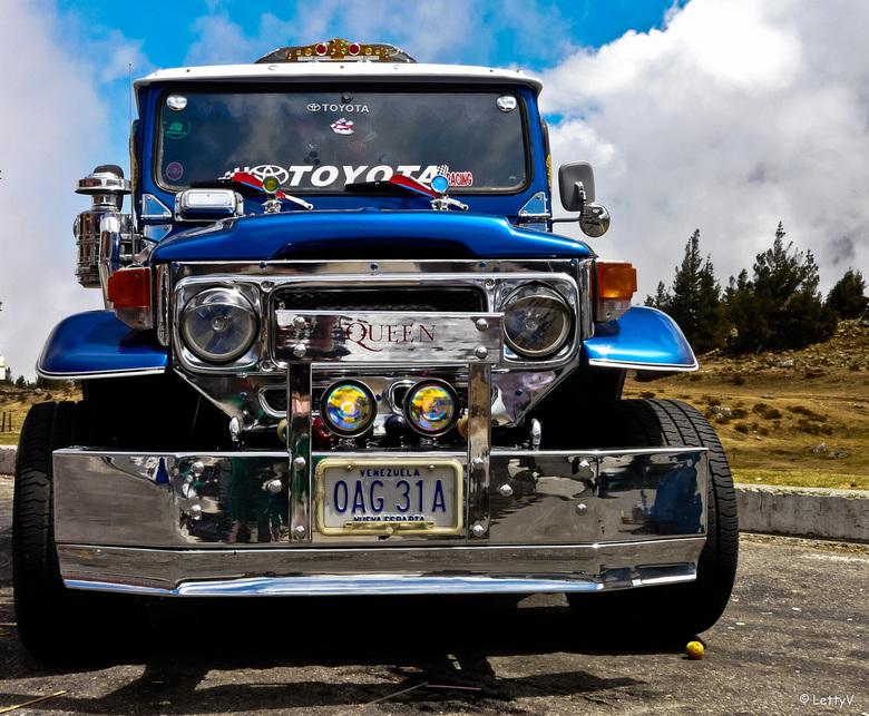 blauw - Ik heb niet veel met auto's, maar toen ik deze onderweg zag staan (Andes, Venezuela), moest ik wel even stoppen. Helaas te weinig tijd op