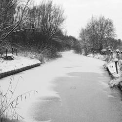beekje in de sneeuw