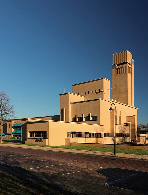 Raadhuis. - Het raadhuis van Hilversum, het trotse bouwwerk van stadsarchitect Willem Marinus Dudok.<br /> <br /> 4 december 2016.<br /> gr, Bob.