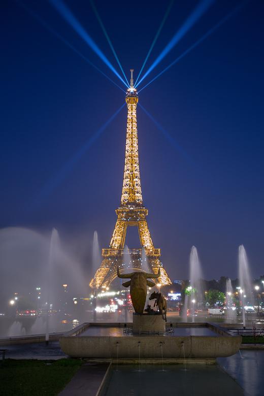 Eiffel toren - Meerdere foto's gemaakt vanaf dezelfde plek op statief, diverse foto's geselecteerd en samengevoegd doormiddel van de Lighten