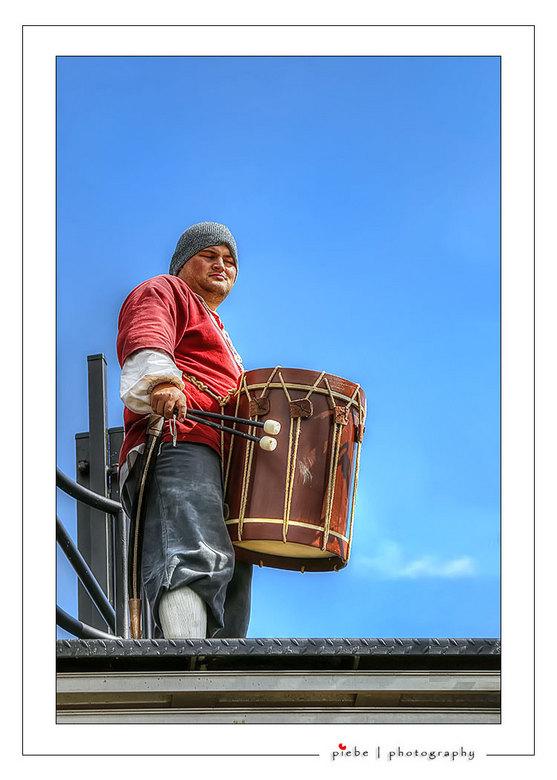 De trommelaar van de Batavia - Op 31 augustus 2013 mocht ik weer een dag op de Batavia fotograferen. Dit is een foto van de trommelaar op het dek van