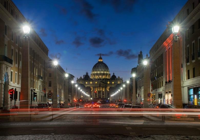 Vaticaanstad - Een schitterende avond in Rome. Met het statief op pad en de drukte rondom Vaticaanstad vast te leggen. De rust, rijkdom en rijke histo