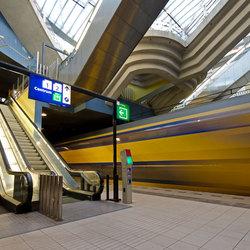 Voorbijrazende trein op Rotterdam Blaak