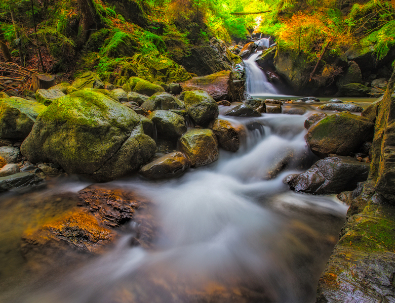 Waterval - Een watervalletje in Frankrijk. <br /> Hier en daar zitten er al wat herfstkleuren in.