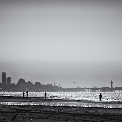 op een heldere namiddag aan het strand