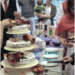 Het aansnijden van de bruidstaart ...