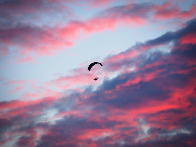 Vanilla sky flight - Deze powered paraglider kwam toevallig over vliegen tijdens een explosie van kleur gedurende de zonsondergang.