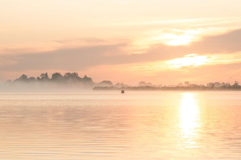 Serene rust - Zonsopkomst met mist aan het Uitgeestermeer