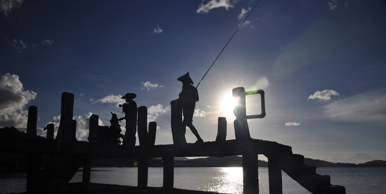Vissers op Lombok - Vissers op Lombok keren naar huis na een dag vissen.