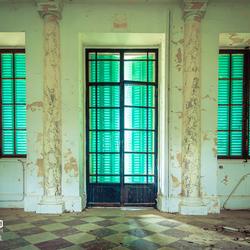 Verlaten kasteel met bijzondere shutters