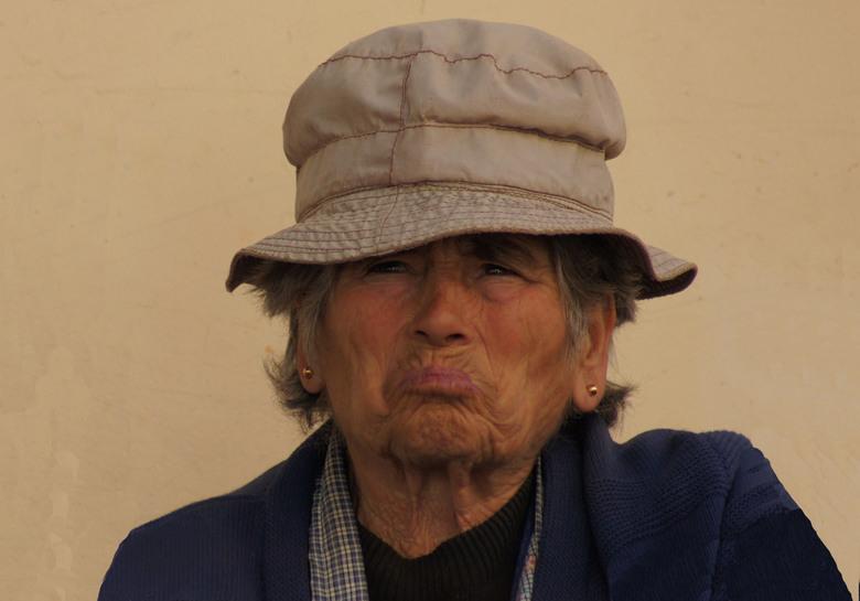 old is beautyfull - vrouw op de markt in Portugal