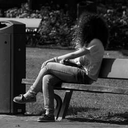 Op een bank genieten van de zon I