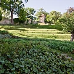 De tuin achter de vestingmuur.